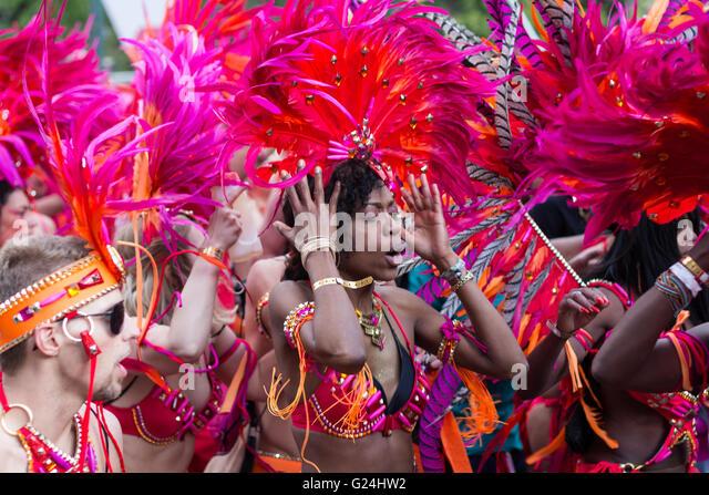 Porträt der tanzenden Frau in Tracht am Karneval der Kulturen in Berlin, Deutschland. Stockbild
