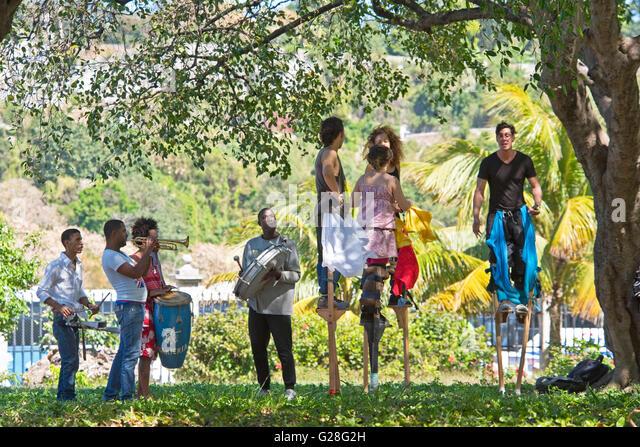 Stelzen Tanz ist eine traditionelle Form der Unterhaltung in Kuba, wo junge Leute durch die Straßen von Havanna Stockbild
