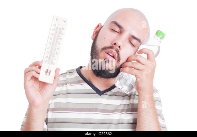 Sommer-Hitze und Dehydration Konzept mit Mann, Thermometer und kalte Wasserflasche Stockbild