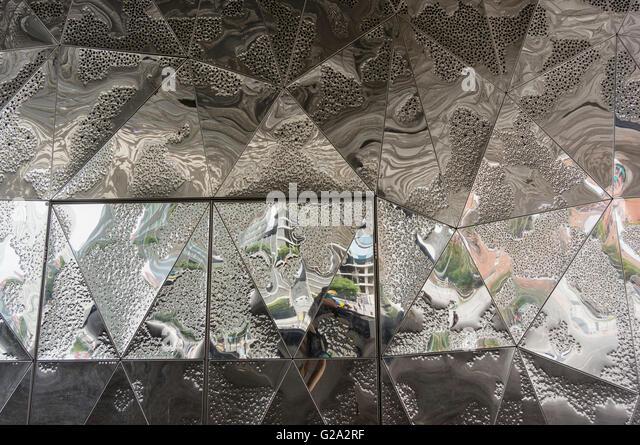 Spiegel-Komposition am Forum Building von Jacques Herzog und Pierre de Meuron. Barcelona. Katalonien. Spanien. Stockbild