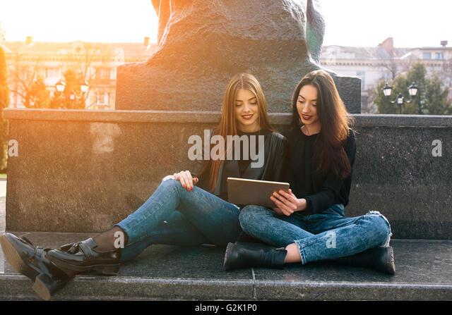 Zwei junge Erwachsene Mädchen Stockbild