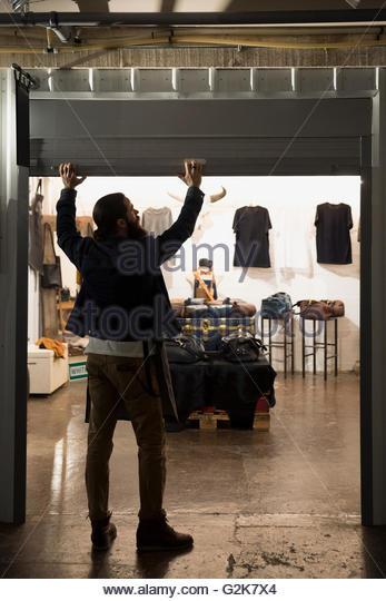 Leder-Shop Besitzer Unternehmer Shop Tor öffnen Stockbild