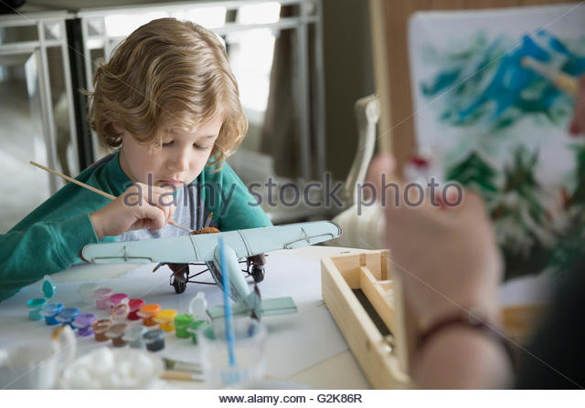 Junge Malerei Modellflugzeug Stockbild