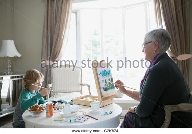 Großmutter und Enkel malen Stockbild