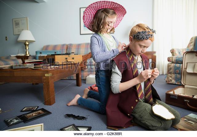 Bruder und Schwester, altmodische Kleidung anprobieren Stockbild