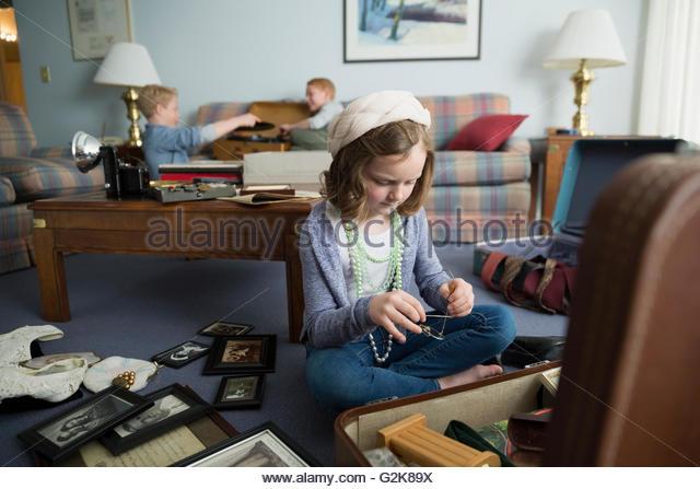 Neugierige Mädchen gehen durch Erinnerungsstücke Stockbild