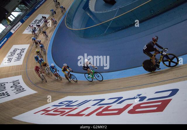Innere des Lea Valley Lee Valley Olympischen Velodrom, Stratford, London, mit Radrennen auf hölzernen Weg Stockbild