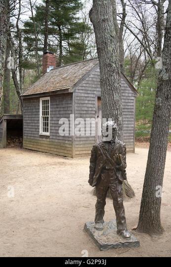 Eine Bronzestatue von Thoreau mit einer Rekonstruktion seiner Kajüte, Walden Pond, Concord, Massachusetts, Stockbild