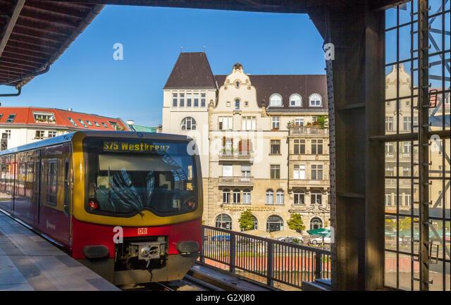 S-Bahn-Bahnhof nähert, Berlin, Deutschland Stockbild