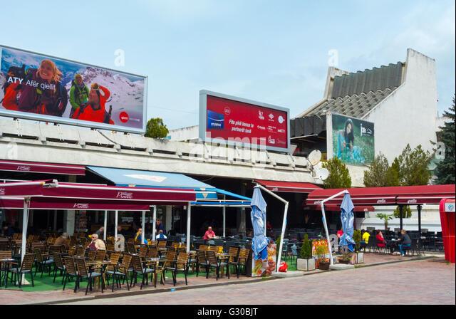 Cafe Terrassen vor Pallati ich Rinise Dhe Sporteve, Palast der Jugend und Sport, Pristina, Kosovo, Serbien Stockbild