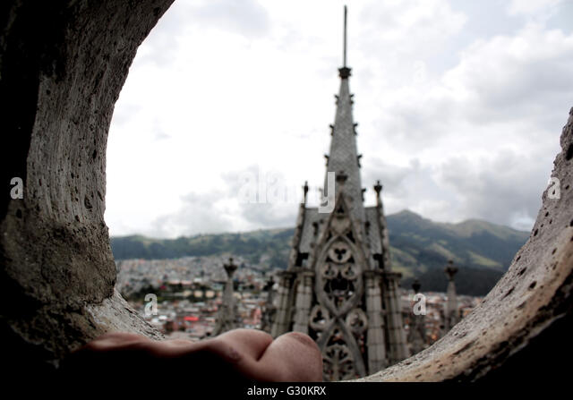 Hand eines Kindes mit Blick auf die Basilika del Voto Nacional, Quito, Ecuador Stockbild