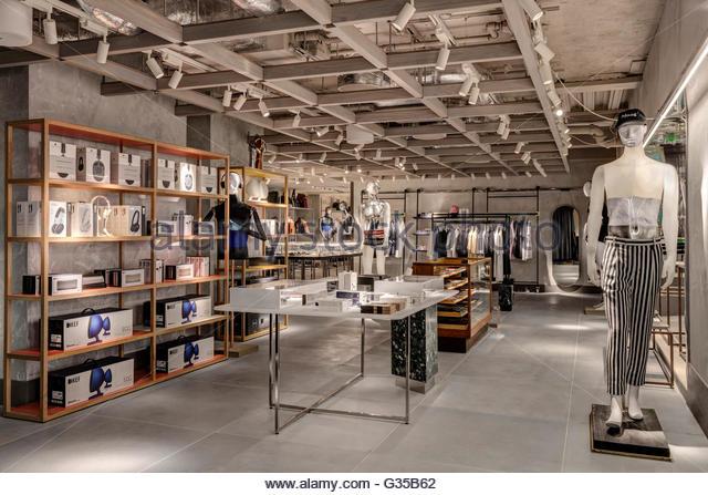 Elektronik und Gadgets Bereich. Harvey Nichols Menswear, London, Vereinigtes Königreich. Architekt: Virgile Stockbild