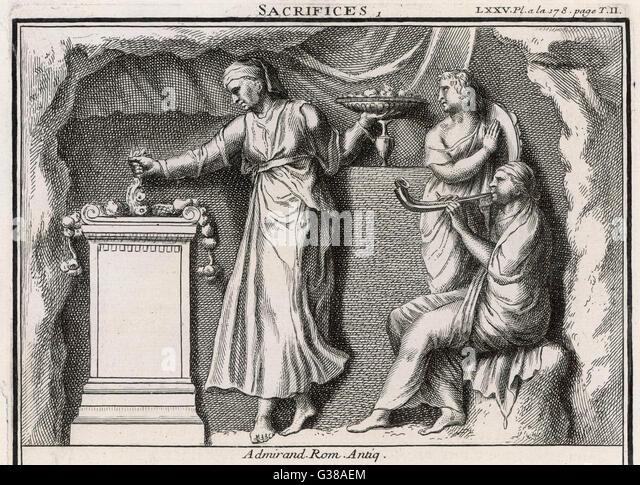 Eine römische Frau gibt Angebot an Speisen und Getränken an die Götter, während ihre Begleiter Stockbild