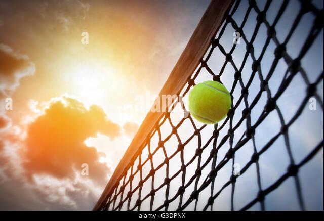 Tennisball auf einem Tennisplatz Stockbild