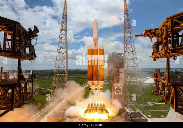 Eine United Launch Alliance Delta IV-Heavy-Rakete hebt ab vom Space Launch Complex 37 b 11. Juni 2016 in Cape Canaveral, Stockbild