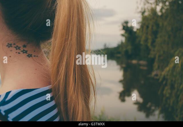 Frau mit Sternen Tattoo am Hals Stockbild