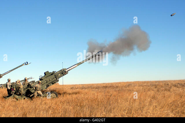 Soldaten feuern eine 155mm leichte Haubitze M777. Stockbild