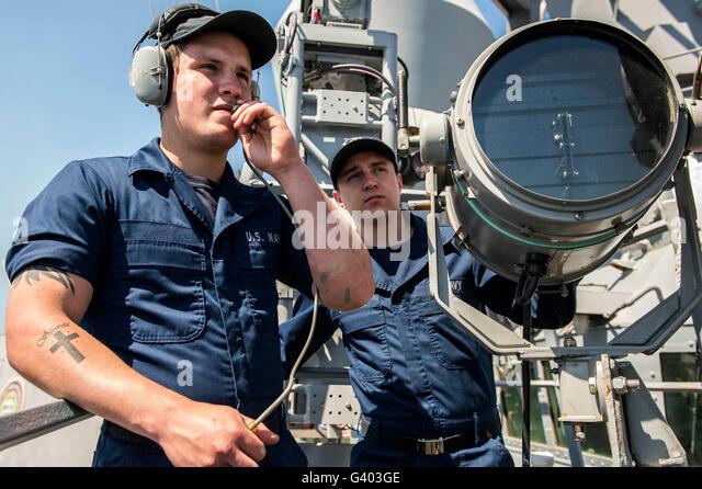 Seeleute verfolgen Oberfläche Kontakte an Bord USS Donald Cook. Stockbild