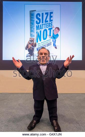 Warwick Ashley Davis ist ein britischer Schauspieler, TV-Moderatorin, Schriftsteller, Regisseur, Produzent und Schauspieler. Stockbild