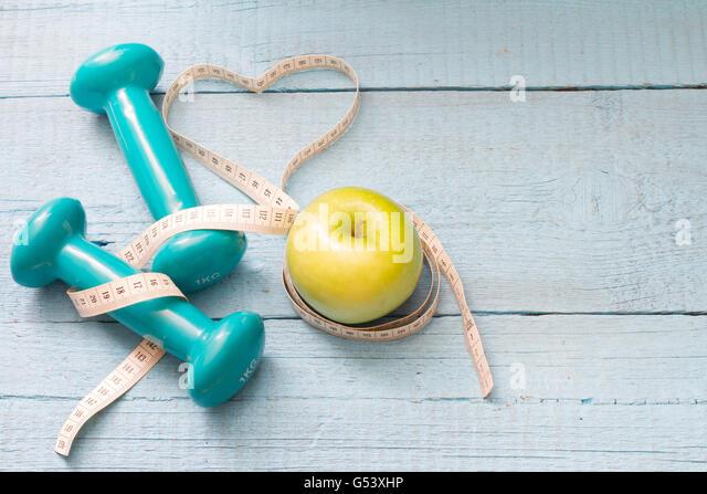 Fitness und Diät abstraktes Konzept mit Hanteln closeup Stockbild