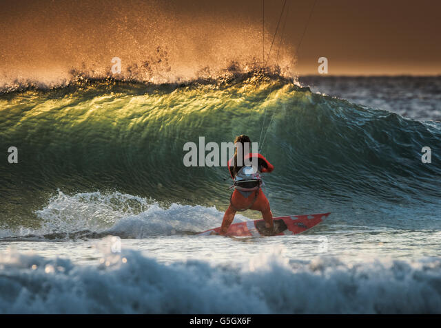 Kitesurfer auf einer Welle in Tarifa, Costa De La Luz, Cádiz, Andalusien, Spanien, Süd-Europa. Stockbild