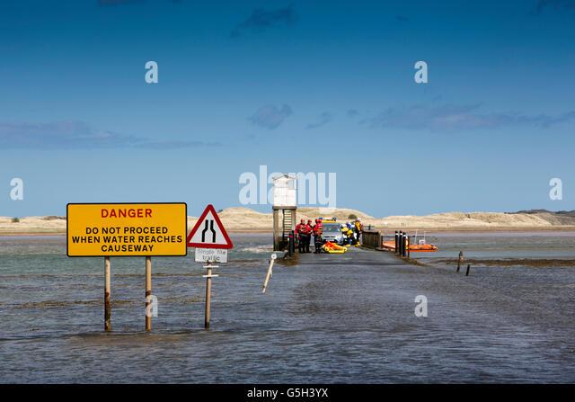 Großbritannien, England Northumberland, Holy Island, Notdienste, die Teilnahme an Besucher auf Damm fest Stockbild