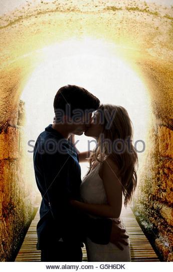 Paar küssen im Tunnel Stockbild