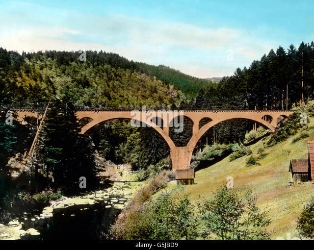 Wir Haben Hier Ein Bild aus Dem Murgtale Mit Einem Viadukt der Murgtalbahn Vor uns. Bild: Landschaft des Murgtals Stockbild