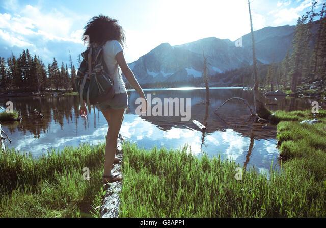 Frau balancieren auf Log von See, Wyoming, Amerika, USA Stockbild