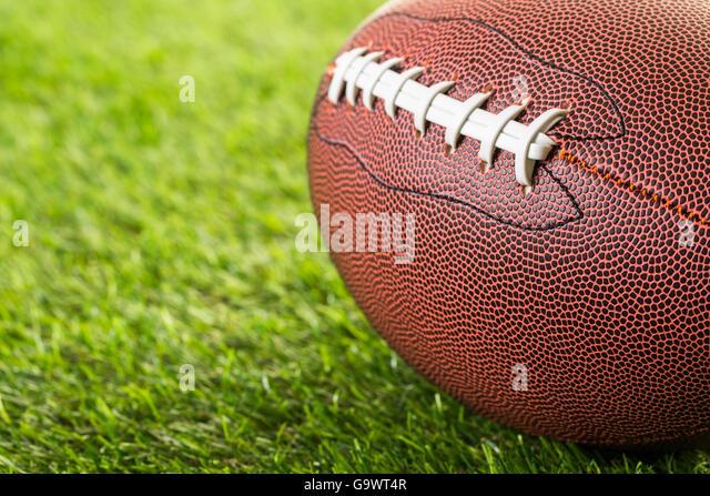 American Football hautnah auf auf dem grünen Rasen. Stockbild