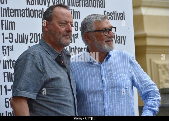 Karlovy Vary, Tschechien. 4. Juli 2016. Französischer Schauspieler Jean Reno (links) wird von der Karlovy Vary Stockbild