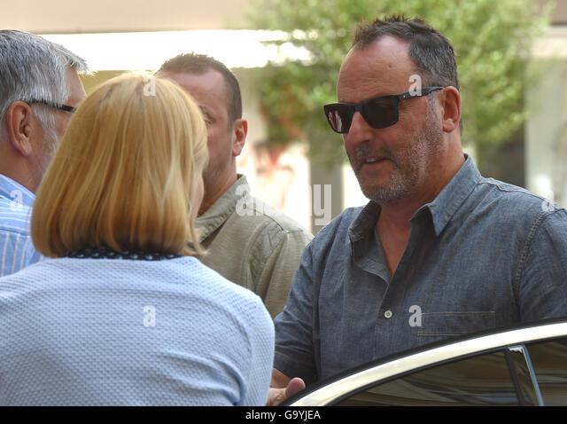 Karlovy Vary, Tschechien. 4. Juli 2016. Französischer Schauspieler Jean Reno (rechts) spricht mit Journalisten Stockbild