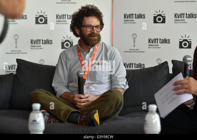 Karlovy Vary, Tschechien. 4. Juli 2016. Berühmte amerikanische Drehbuchautor Charlie Kaufman spricht während Stockbild