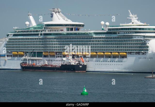 England, Hampshire, Southampton Docks, Bunkern Kreuzfahrtschiff Stockbild