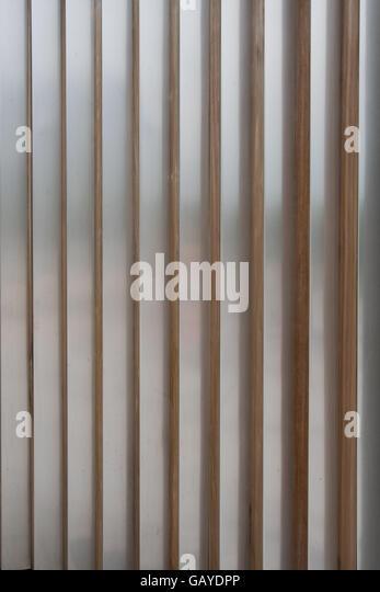 Aluminium-Lamellen mit Holz Ecken vertikales Bild Stockbild