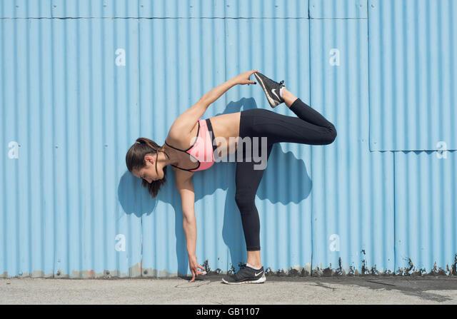 Sportliche Frau trägt Fitness tragen Stockbild