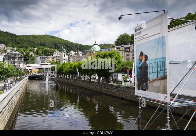 KARLOVY VARY, Tschechien - Juli 3: Menschen gehen auf die Straßen der Kurstadt Karlovy Vary mit Dach des Hotel Stockbild