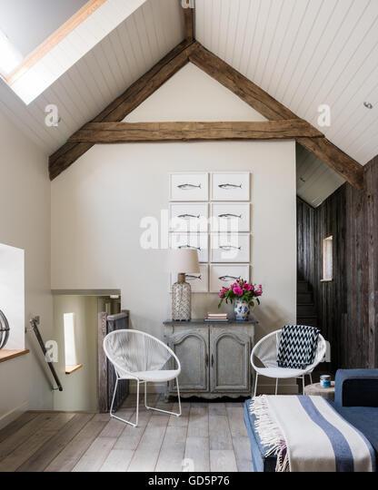 Makrele Federzeichnungen von Kate Stein an der Hütte Wohnzimmer mit Satteldach. Die weißen Stühle Stockbild