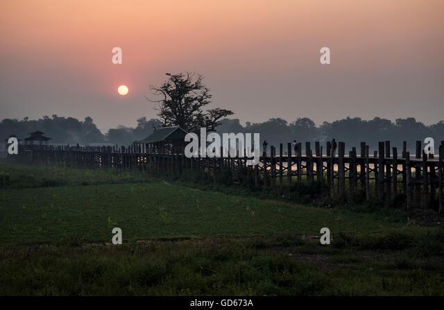 U Bein Brücke bei Sonnenaufgang, Amarapura, Myanmar. Stockbild