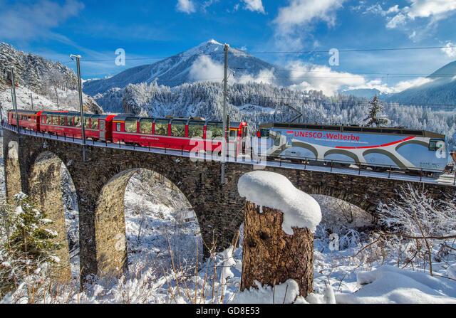 Bernina Express führt durch die verschneiten Wälder rund um Filisur Kanton Graubünden-Schweiz-Europa Stockbild