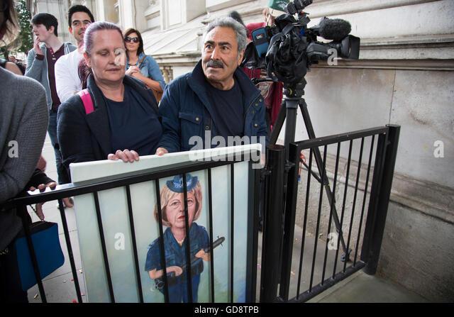 London, UK. 13. Juli 2016. Politischer Künstler Kaya versammelten Mar mit seiner neuesten Malerei hinter Gittern Stockbild