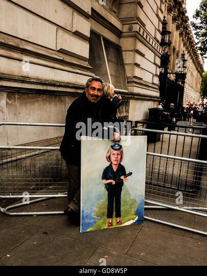 London, UK. 13. Juli 2016. Polit-Satire-Künstler Kaya Mar vor den Toren der Downing Street mit einem Porträt Stockbild