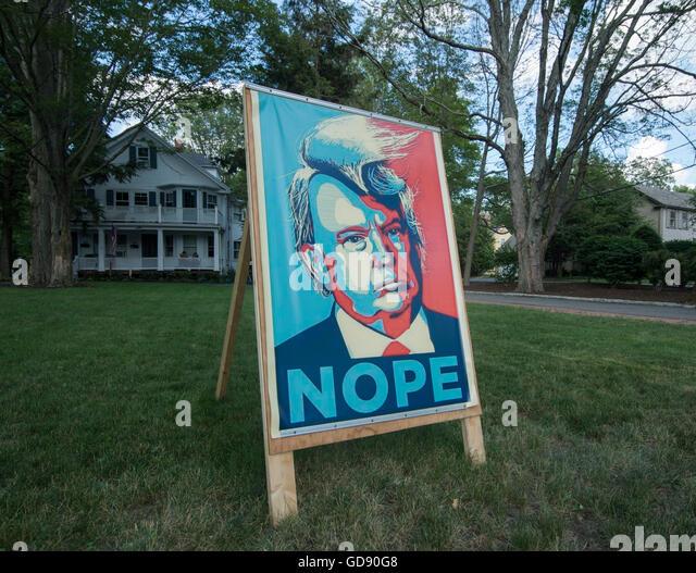 Lexington, Massachusetts, USA.  13. Juli 2016.  Lexington, MA, Demokrat machte einen 3 Fuß 5 Fuss Plakat protestieren Stockbild