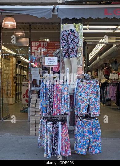 Sehr preiswerte Sommershorts für Verkauf bei Lola auf Kreuzung Boulevard in Corona Queens, New York. 24.06.2016. Stockbild