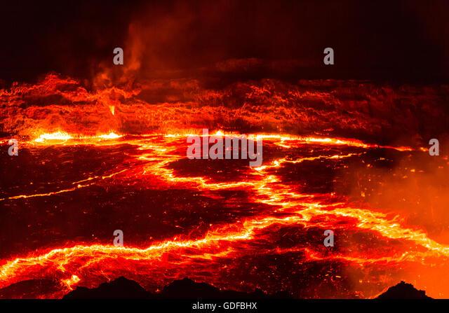 Glühende Lavasee mit Eruptionen in der Nacht, Krater des aktiven Vulkans Erta Ale, Danakil-Senke, Afar-Dreieck, Stockbild