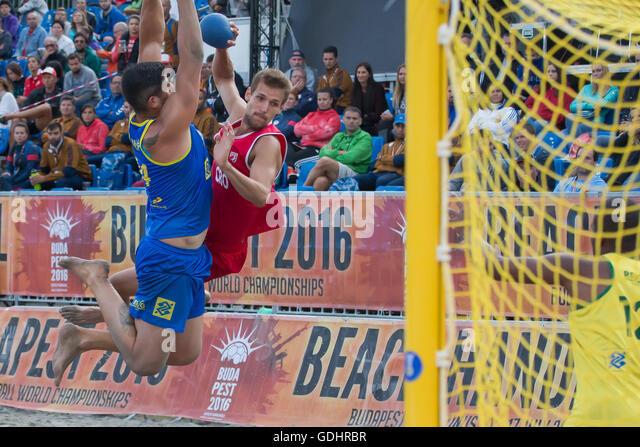 Budapest. 17. Juli 2016. Valentino Valentakov (C) Kroatien schießt im Finale gegen Brasilien die IHF Männer Stockbild