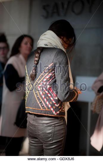 Verzierte Appliqu'e Baumwolle Jacke mit Lederhosen getragen während der London Fashion Week im Savoy Hotel Stockbild