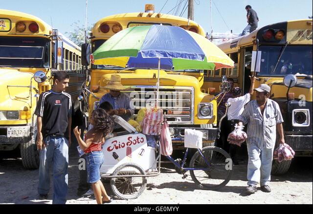 Der Busbahnhof der Stadt Tela in der Nähe von San Pedro Sula am Meer sowie in Honduras in Mittelamerika Stockbild