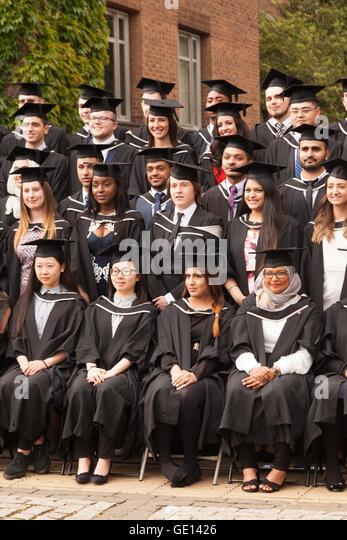 Absolventen aus vielen verschiedenen Kulturen, die seinem Abschluss an der University of Birmingham, Birmingham Stockbild