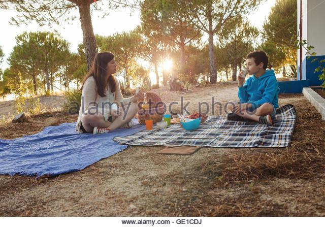 Mutter und Sohn mit einem Picknick Stockbild